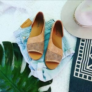 Shoes - 🆕//The Sarita// Tan open toe Flat